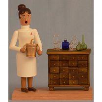 Räucherfrau - Apothekerin mit Schrank