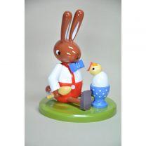 Hase sitzend mit Ei und Küken - Höhe 8 cm